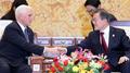 محادثات في سيئول بين الرئيس مون ونائب الرئيس الأمريكي