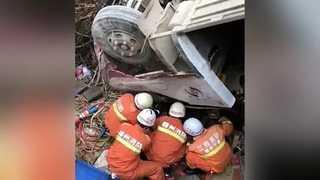 '춘제 연휴' 중국서 정원초과 버스 전복…10명 사망