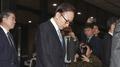 El expresidente Lee regresa a casa después del interrogatorio sobre las acusacio..
