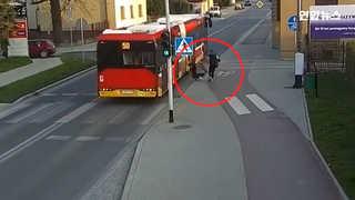 [현장영상] '위험한 장난'…달려오는 버스 쪽으로 친구 떠밀어