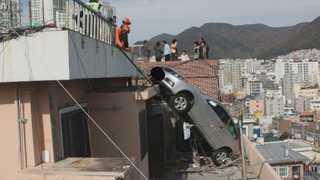 후진 잘못하면 낭떠러지…위험천만 산복도로 옥상주차장