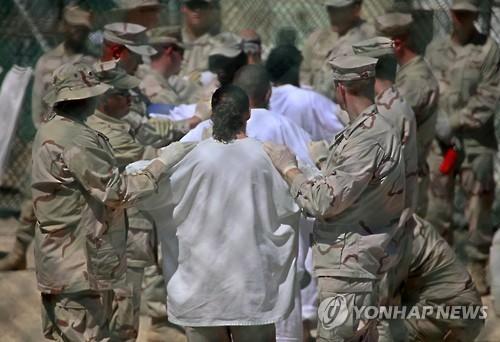 불굴의 오바마…퇴임 4일 전 관타나모 10명 오만 이감