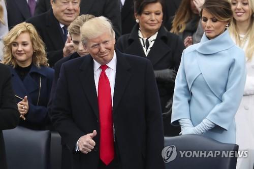 [트럼프 취임] 환호와 열광의 취임식…엄지손가락 치켜세우며 첫 인사