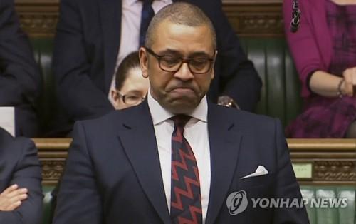 """""""25년 전 전우, 의회서 다시 만난지 얼마 안됐는데"""" 英의원 울먹"""