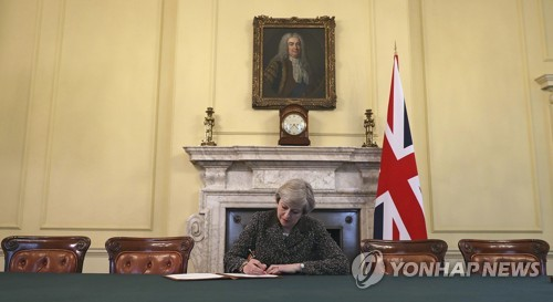 英총리 브렉시트 통보문 서명…전달 후 2년간 '이혼협상' 개시