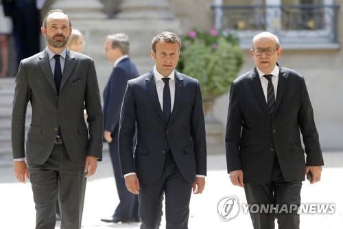 마크롱 佛 대통령, 영국대사관 찾아 테러희생자 애도(종합)