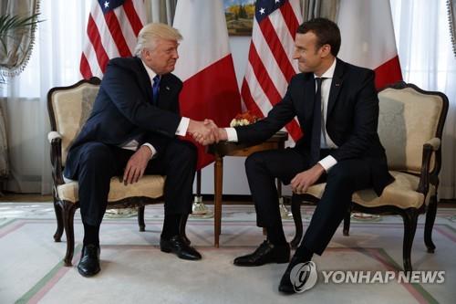 트럼프·마크롱, 브뤼셀 美대사관서 첫 대면식