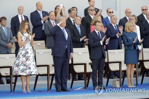 트럼프·마크롱, 파리시내 대규모 열병식 참석…동맹 과시