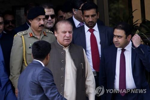 '자격 박탈' 파키스탄 前총리 지역구 보궐선거, 부인이 승리
