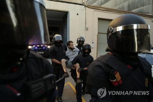 스페인경찰, 카탈루냐정부 급습해 12명 체포…실력행사 본격화(종합)