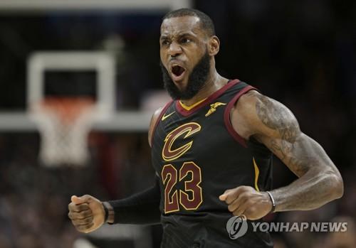 '킹' 제임스, NBA 통산 3만점 돌파…역대 최연소