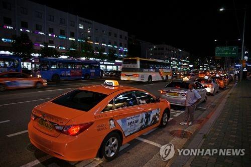 """[SNS돋보기] 서울 택시 요금 인상 검토…""""서비스부터 개선해야"""""""