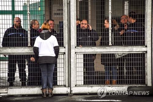 박봉과 테러범 공격 시달리는 프랑스 교도관들…파업 확산