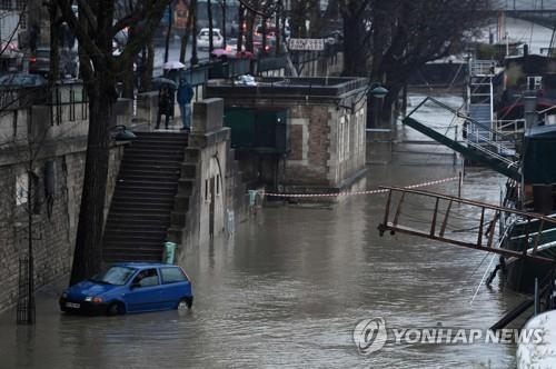 프랑스 파리 센강 범람위험에 유람선 운항중단