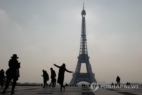 테러로 위축된 프랑스 파리 관광경기 ..