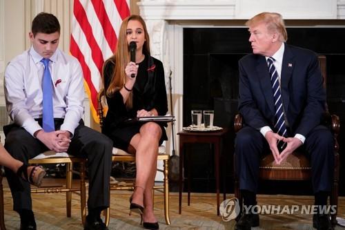 """총격 피해학생 만난 트럼프 """"무장한 교사 있으면 막았을수도""""(종합2보)"""