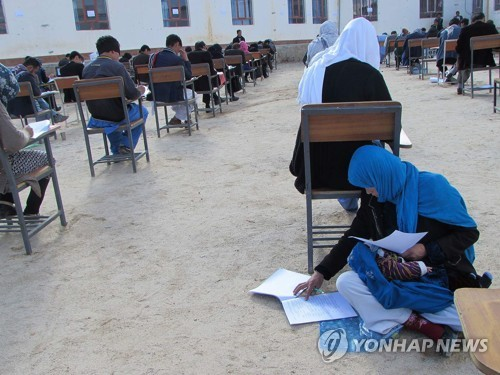 '지성이면 감천' 젖먹이 안고 시험 친 아프간 여성에 각계 지원