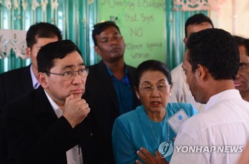 미얀마 장관, 방글라 로힝야 난민캠프 첫 방문…난민대표 면담