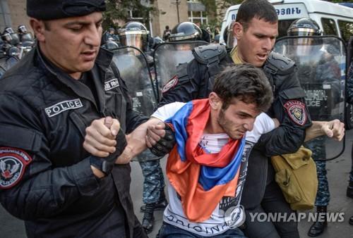 """""""전대통령 권력연장에 내각제 악용""""…아르메니아 일주일째 시위"""