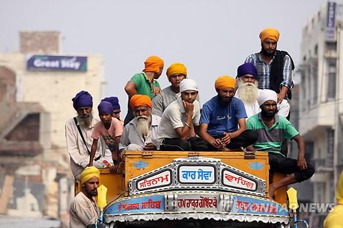 인도 서부서 노동자 40명 탄 트럭 전도…최소 18명 사망