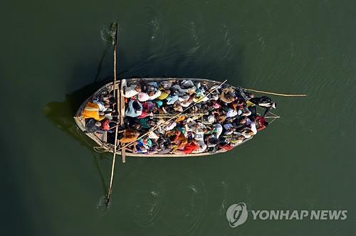 인도 북부서 정원 초과 선박 전복…최소 22명 사망
