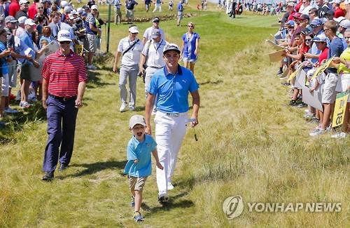 오른팔 없는 6세 골퍼, PGA 프로와 어프로치 대결(종합)
