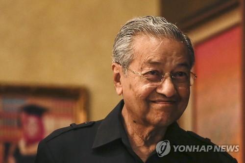 '92세 정계복귀' 말레이 마하티르, '20년 숙적' 안와르와 연대