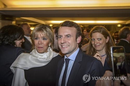 """佛마크롱 결혼뒷얘기 화제…가족 """"처음엔 선생님 딸과 사귀는줄"""""""