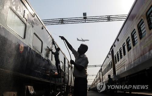 """인도 감사원, 열차 판매음식 극도불량…조사결과 """"못먹을 수준"""""""
