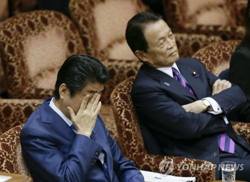 """궁지 몰린 日 아베, 정면 돌파하나…""""4월 총선 보류"""""""