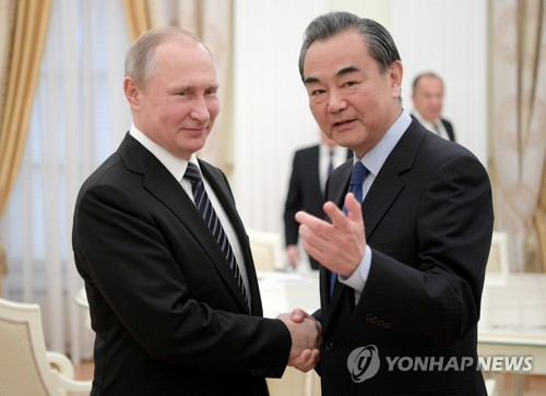 中왕이 만난 푸틴, 국제문제 협력약속…북핵 대화해법 공유한듯