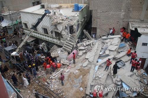 파키스탄서 3층 주택 무너져…6명 사망 12명 부상