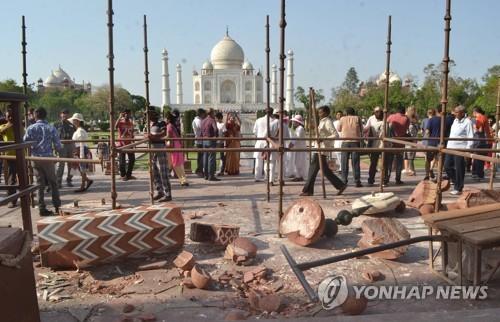 인도 '살인강풍'… 타지마할 외부 첨탑ㆍ주택 파손, 42명 사망