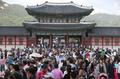 زيارة عدد كثير من السياح الصينيين لقصر كيونغ بوك