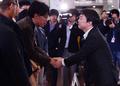 Ahn Cheol-soo serre des mains avec le chef du syndicat MBC.