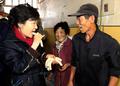 Park Geun-hye déguste du gâteau de riz