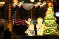 Sapin de Noël devant un temple bouddhique