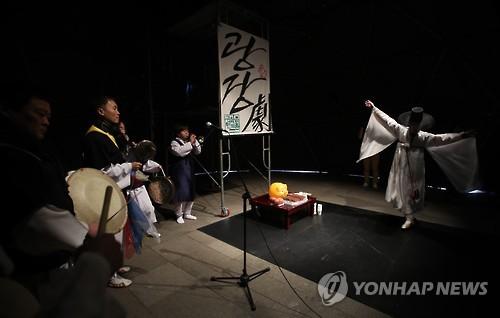 """문학단체들 """"블랙리스트 실행한 공공기관장 사퇴하라"""""""