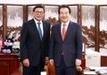 Le chef parlementaire et l'ambassadeur indonésien