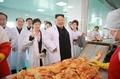 El líder norcoreano visita una fábrica de 'kimchi'