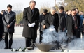 Ban Ki-moon devant la tombe de Roh Moo-hyun