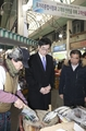 Education minister visits traditional market ahead of holiday
