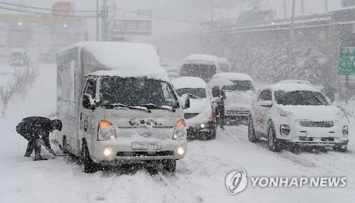 강원 동해안 '눈 폭탄'에 도심 마비…제설반도 '속수무책'