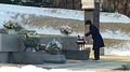 Park visita las tumbas de sus padres