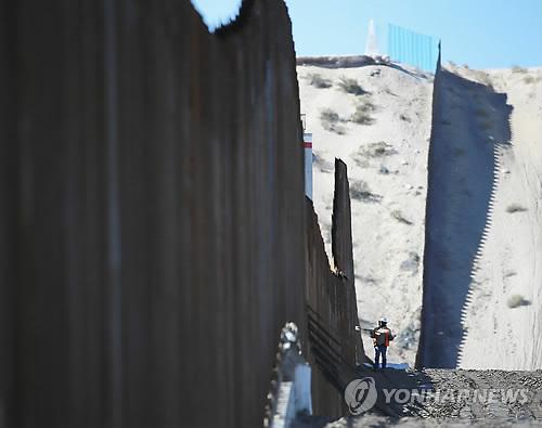 '국경장벽 건설·반이민' 대립 美-멕시코 한달…'잠시 휴전'