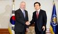 El presidente en funciones Hwang con el jefe de Defensa de EE. UU.
