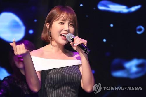 """홍진영, 소속사 뮤직K와 재계약…""""대표와 10년 의리"""""""