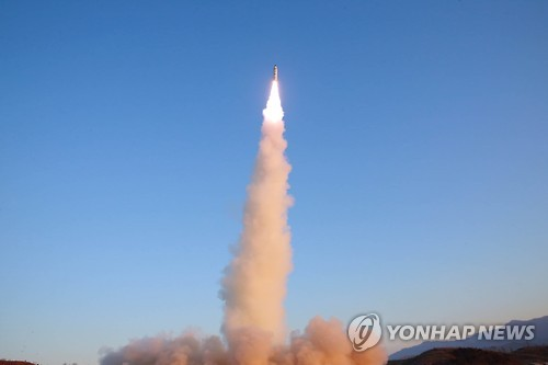 """日방위상 """"北발사 미사일, 고체연료 사용한 신형 가능성"""""""