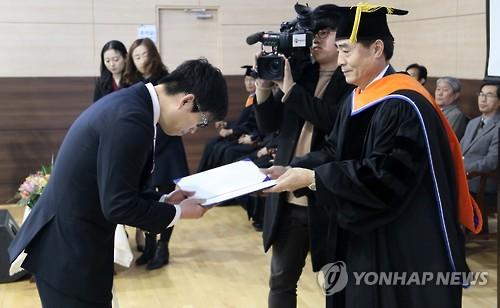 한국폴리텍대 춘천캠퍼스 졸업식…꿈 이룬 60대 만학도 '눈길'