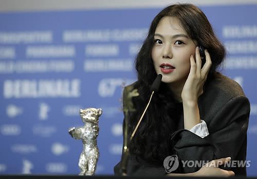 """[SNS돋보기] 김민희를 보는 두 시선…""""축하합니다"""" vs """"뻔뻔한 왕관.."""